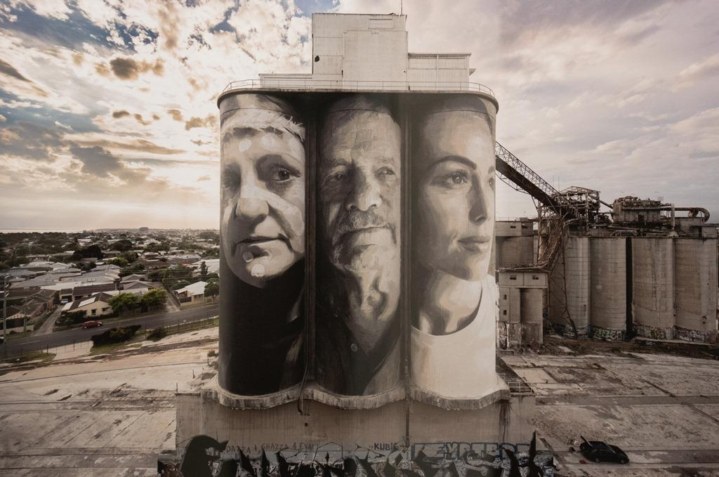 Image of painted Geelong silos